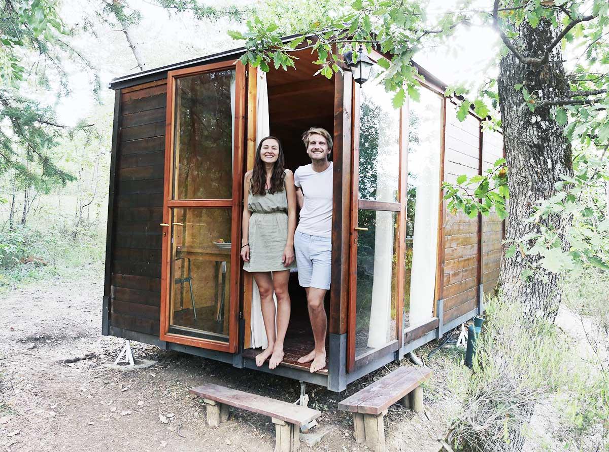 Das Bild zeigt die Gründer von LIVEE: Christian & Sophie die in einem Tiny House stehen