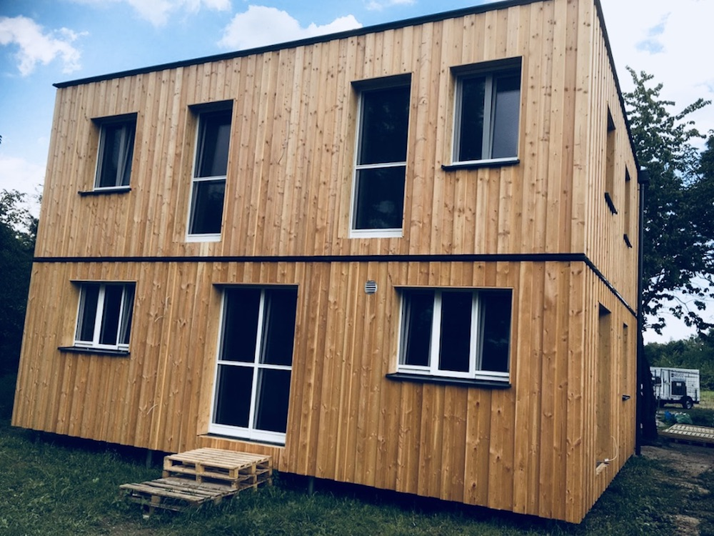 Das Bild zeigt eine mögliche Größe eines Modulhauses. Das Modulhaus ist zweistöckig und besteht aus zwei Modulen.