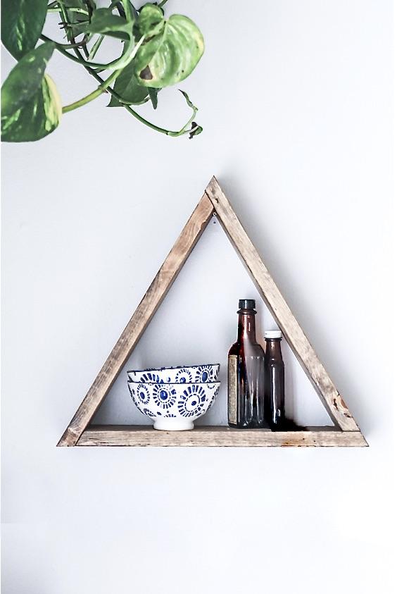 Das Bild zeigt eine Inneneinrichtung eines Tiny Houses. Zu sehen ist ein Regal mit zwei Schüsseln und 2 Flaschen
