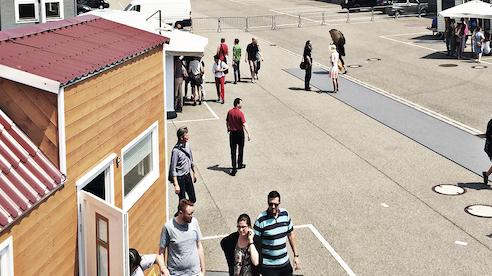 Das Bild zeigt Tiny Haus Interessierte auf der Messe in Karlsruhe