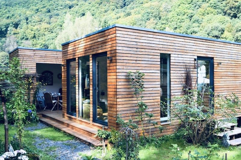 Das Bild zeigt ein kleines Haus von außen mit Kosten von ca. 2000 Euro pro qm