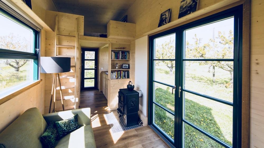 Das Bild zeigt die Größe eines Tiny Houses. Zu sehen ist der Wohnbereich eines Tiny House Anbieters